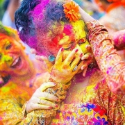 video an do ngap tran sac mau trong le hoi holi