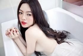Hoa hậu Mỹ Xuân lộ ngực trong clip mới, Hoàng Điệp ghét đại gia