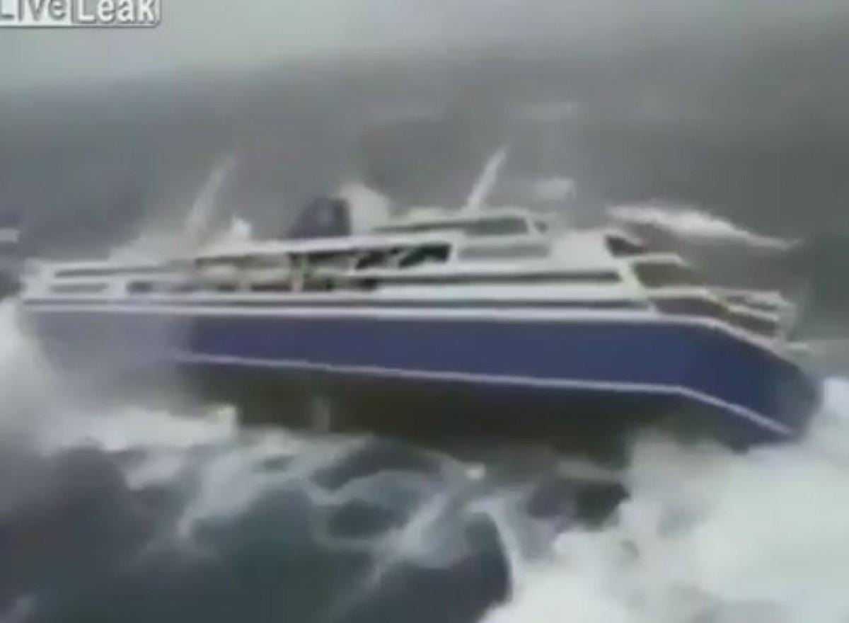 [VIDEO] Cảnh tượng kinh hoàng như phim Hollywood bên trong siêu tàu gặp bão dữ
