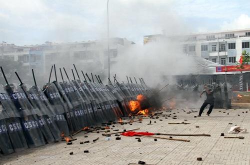 """Video: Màn diễn tập chống bạo loạn """"chuyên nghiệp"""" chưa từng thấy"""