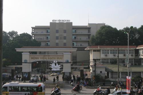 Người nhà bệnh nhân vạ vật tại Bệnh viện Bạch Mai