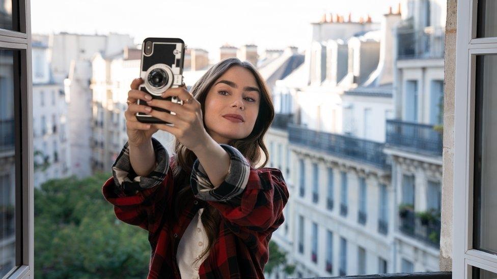 "Chuyện marketing từ phim ""Emily in Paris"""