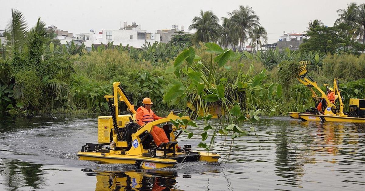 Đề xuất chi 13 tỷ đồng thuê máy vớt 4.500 tấn rác trên kênh