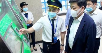 Phó Chủ tịch Hà Nội mua vé, đi thử tàu trên cao Cát Linh - Hà Đông