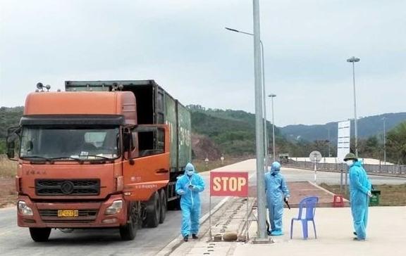Nhiều tỉnh thành dừng vận tải hành khách, kiểm soát chặt xe chở hàng