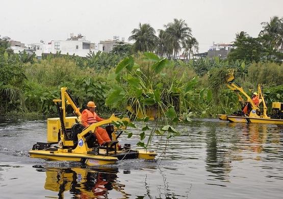 Thuê máy vớt rác 20 tỷ đồng làm sạch sông ở Sài Gòn
