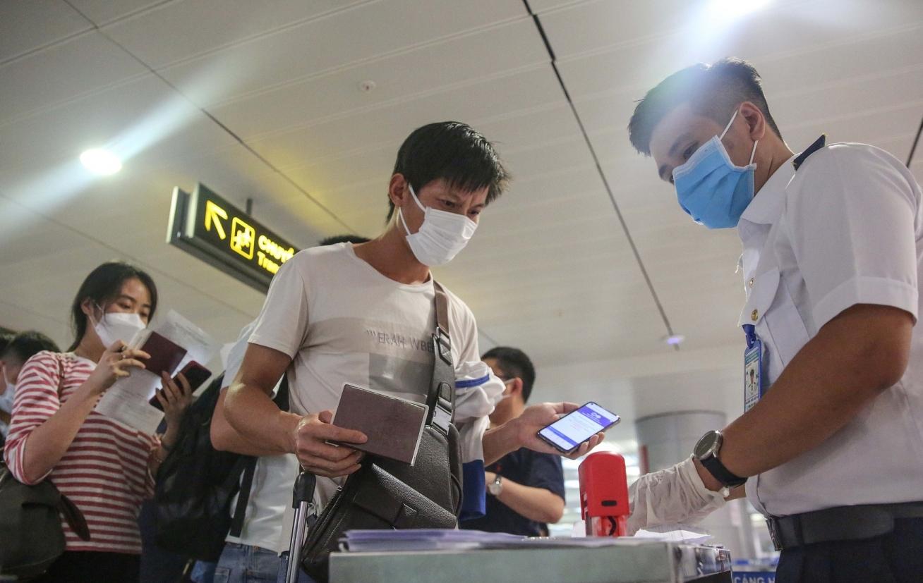 Hành khách kê khai thông tin di chuyển khi đi máy bay theo mẫu mới