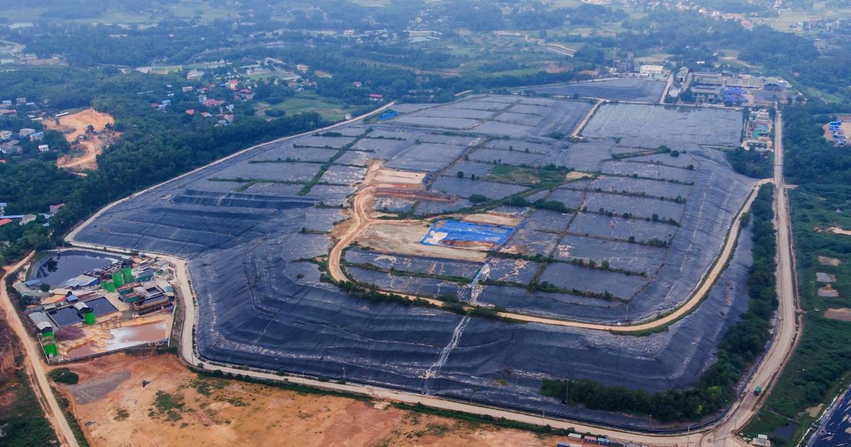 Phun nước được tinh chế từ nham thạch núi lửa để khử mùi ở bãi rác Nam Sơn