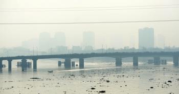 Sương mù dày đặc liên tục bao phủ Sài Gòn, người dân nghi ngờ ô nhiễm nặng