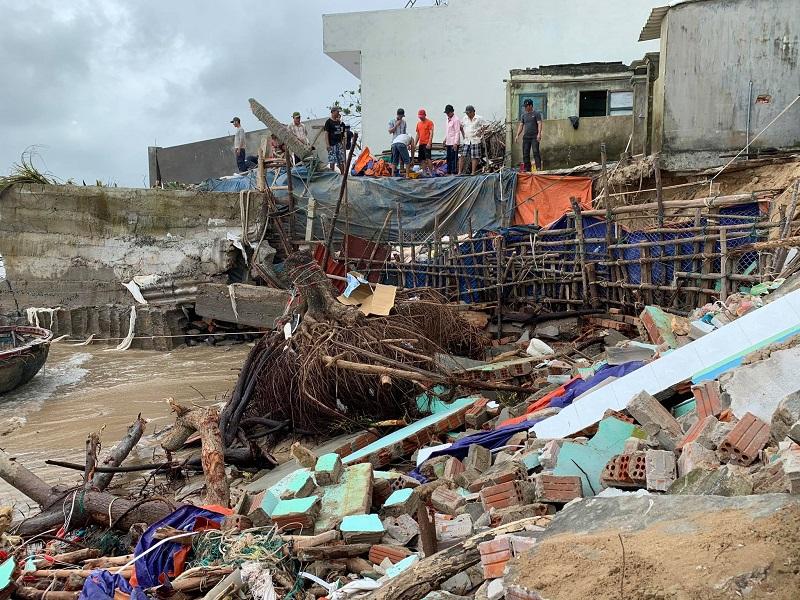 Quảng Ngãi: Triều cường giật sập nhà, người dân khẩn cấp di dời trong đêm