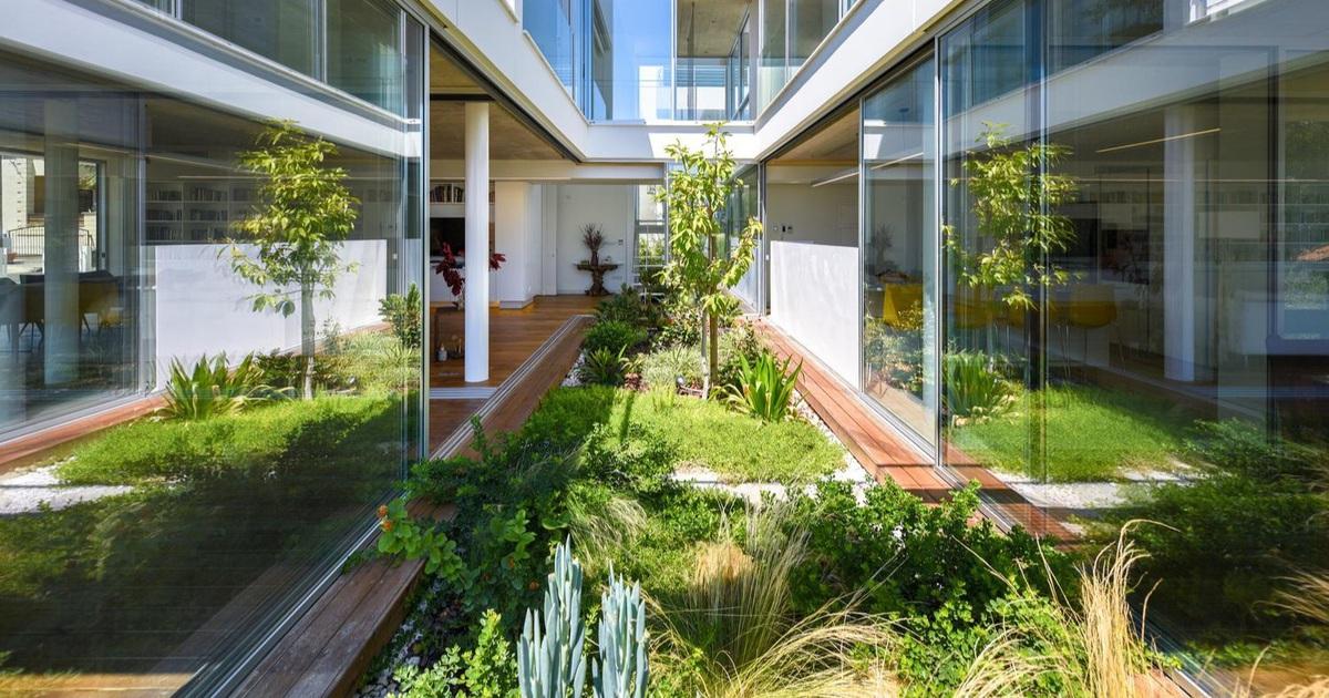 Ngôi nhà giữa thành phố có cả chục khu vườn lớn, nhỏ từ ngoài vào trong