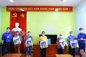 """Hà Nội: 200 suất quà từ """"Siêu thị mini 0 đồng"""" đến với những hoàn cảnh khó khăn tại huyện Thạch Thất"""