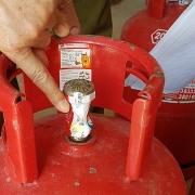Kiểm tra 2 cơ sở kinh doanh gas có dấu hiệu giả mạo nhãn hiệu ELF