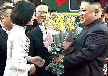 dieu chua biet ve nu sinh mac ao dai trang tang hoa ong kim jong un