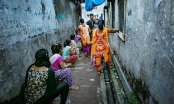 nhung co gai song doi no le trong nha chua bangladesh