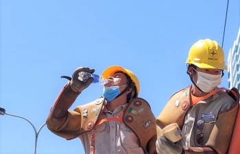 """Những ngày công tác đặc biệt của Đội sửa chữa """"điện nóng"""""""