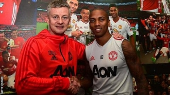 mu giu chan lao tuong ashley young them 1 nam