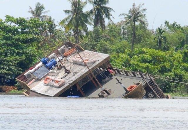 Du thuyền chìm trên sông Sài Gòn là do... phao