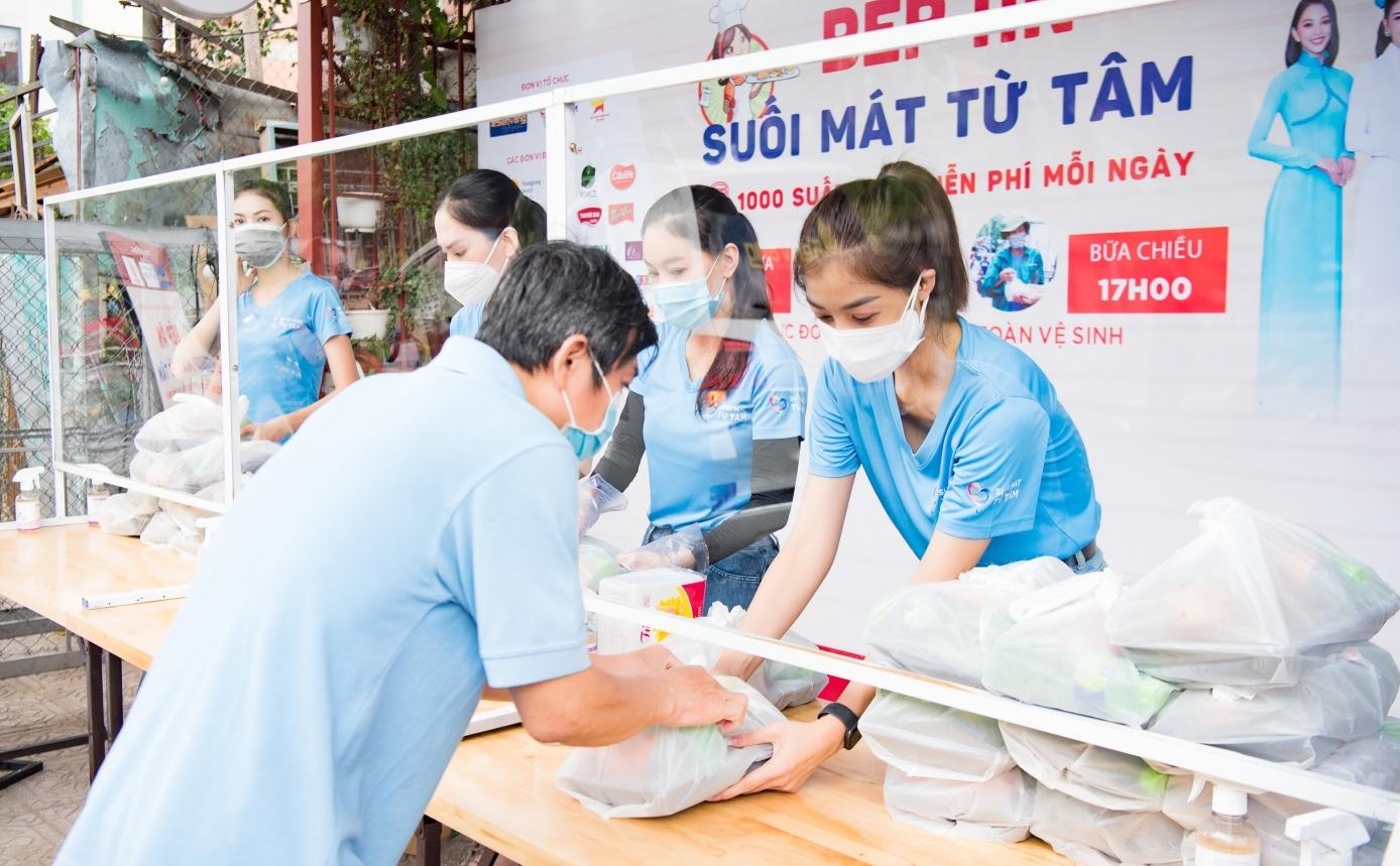 Các Hoa hậu nấu 15.000 suất ăn cho bà con nghèo tại TP.HCM