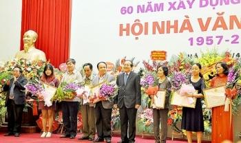 chinh thuc co giai cong hien cho van hoc