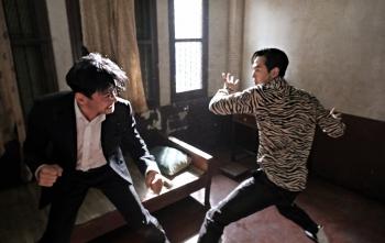 ong hoang phong ve hwang jung min va lee jung jae tai xuat trong bom tan hanh dong moi