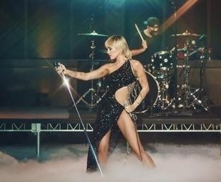 Miley Cyrus khoe vẻ sexy với váy của Nguyễn Công Trí