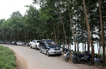 Hồ Đồng Mô vẫn tấp nập người đến cắm trại dù có biển cấm tụ tập