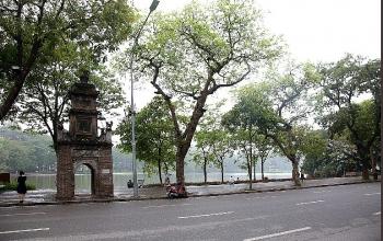 Lo ngại dịch bệnh Covid-19 lây lan, đường phố Hà Nội vắng bóng người qua lại