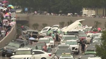 Ô tô chất đống sau lũ ở Trịnh Châu
