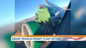 Hành khách hoảng loạn khi động cơ máy bay đột nhiên rách toạc ở trên không