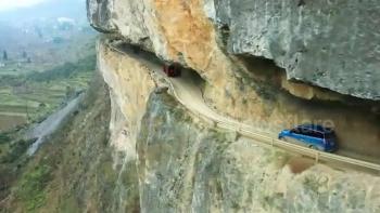 Cận cảnh con đường xuyên qua vách núi hiểm trở ở Trung Quốc