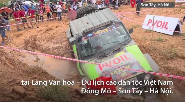 Tài xế Việt đua nhau leo đá, lội nước tại Hà Nội